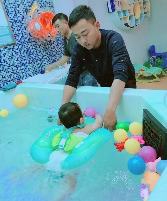 """让宝宝从小开启游泳 一生都会""""泳""""往直前-家庭网"""
