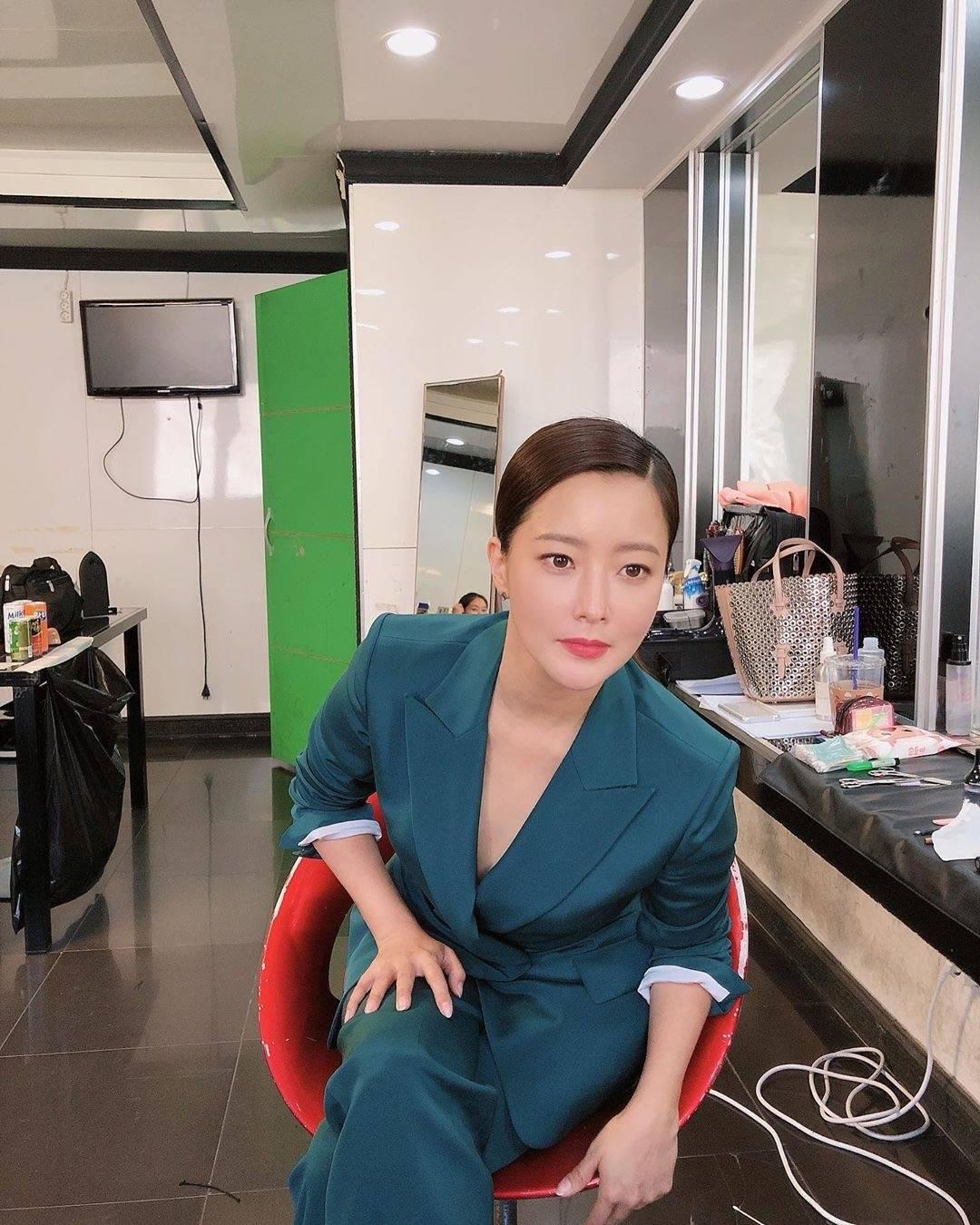 """曾经""""韩国第一美女""""金喜善,42岁穿孔雀绿西装又飒又美好年轻"""