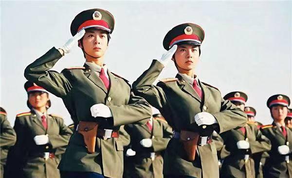 因阅兵走红的双胞胎姐妹,公司出高薪聘请被拒,她们现状让人遗憾