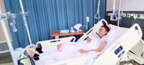 应采儿晒病房住院照,被网友质疑双腿抽脂!