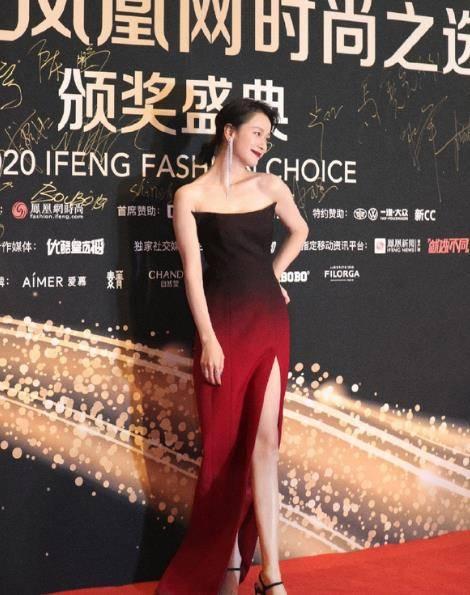 倪虹洁穿渐变长裙,释放王者魅力,却因这一细节,显老好几岁
