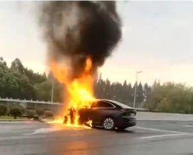 同为碰撞自燃,蔚来EC6碰撞后瞬间起火,比亚迪汉48小时候后自燃bm6