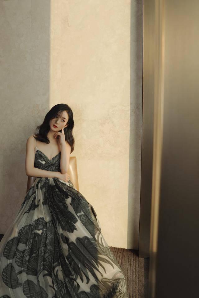 印花吊带裙衬肤色,赵丽颖遮脸卷发又纯又欲,大秀前凸后翘好身材
