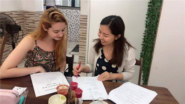 王伊立在教授巴西学生汉语。受访者供图