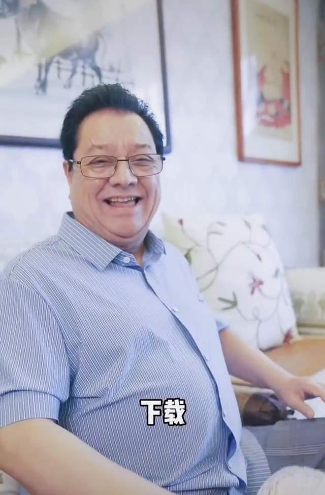73岁的漫画对话大师李金斗有一张近照 身材圆润 状态很好 住宅暴露的家具太简单