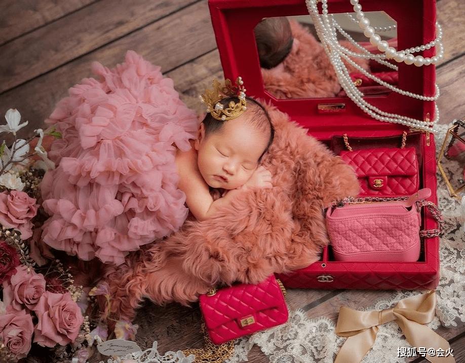 娱乐圈名人王思佳的女儿满月!20万的包包当孩子的枕头 太夸张了 吐不出来