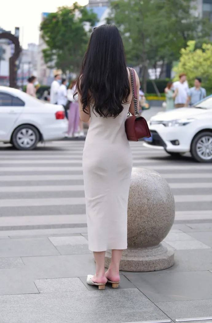 白色修身连衣裙,搭配同色时尚尖头鞋,穿出时髦女生的风范