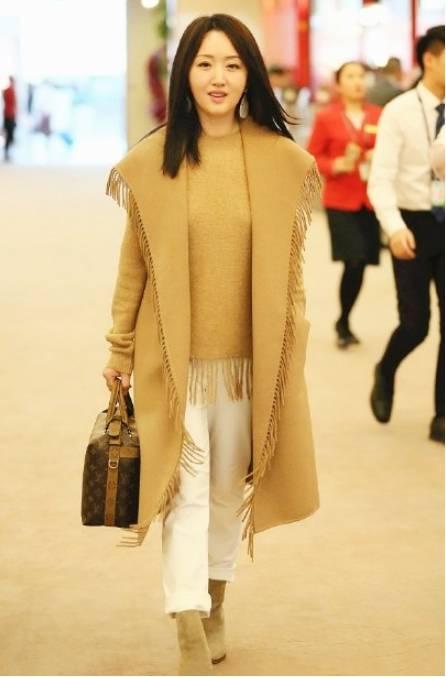 """被48岁杨钰莹迷到了,一袭""""蝙蝠衫""""减龄又时髦,网友:顶不住!"""