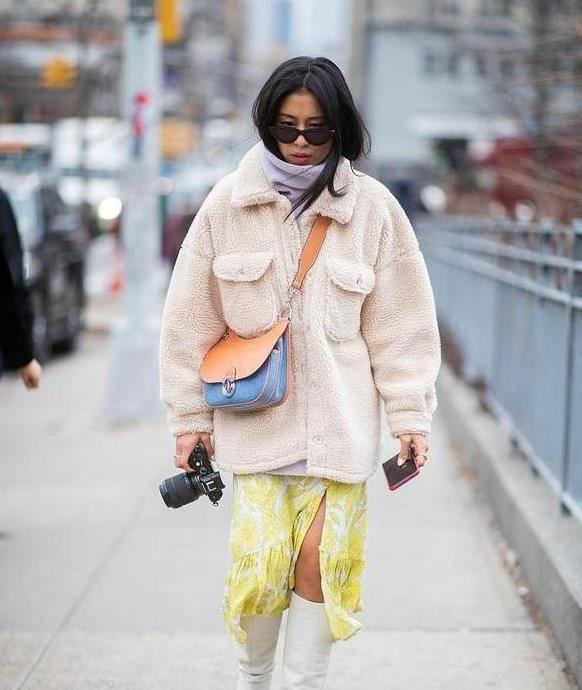 """最近流行一种""""保暖穿搭"""",叫""""羊羔毛外套+半身裙"""",时髦显瘦"""