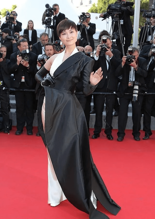 图片[21]-国内女星走欧洲三大红毯,铆足劲好精彩,有人土到国外,有人争光-妖次元