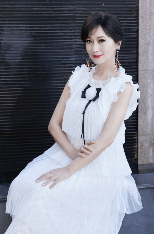 赵雅芝又学白娘子撑伞漫步,66岁穿减龄裙优雅端庄,是个潮奶奶