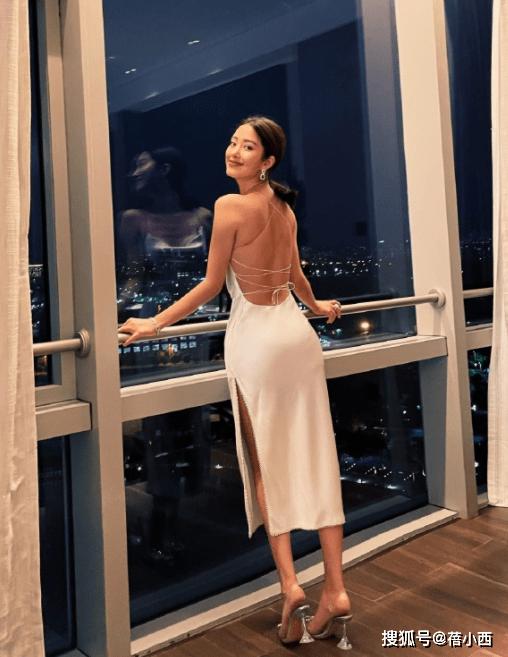 """杨采钰身材真""""有料"""",穿露背小白裙配低马尾,转身瞬间太吸睛"""