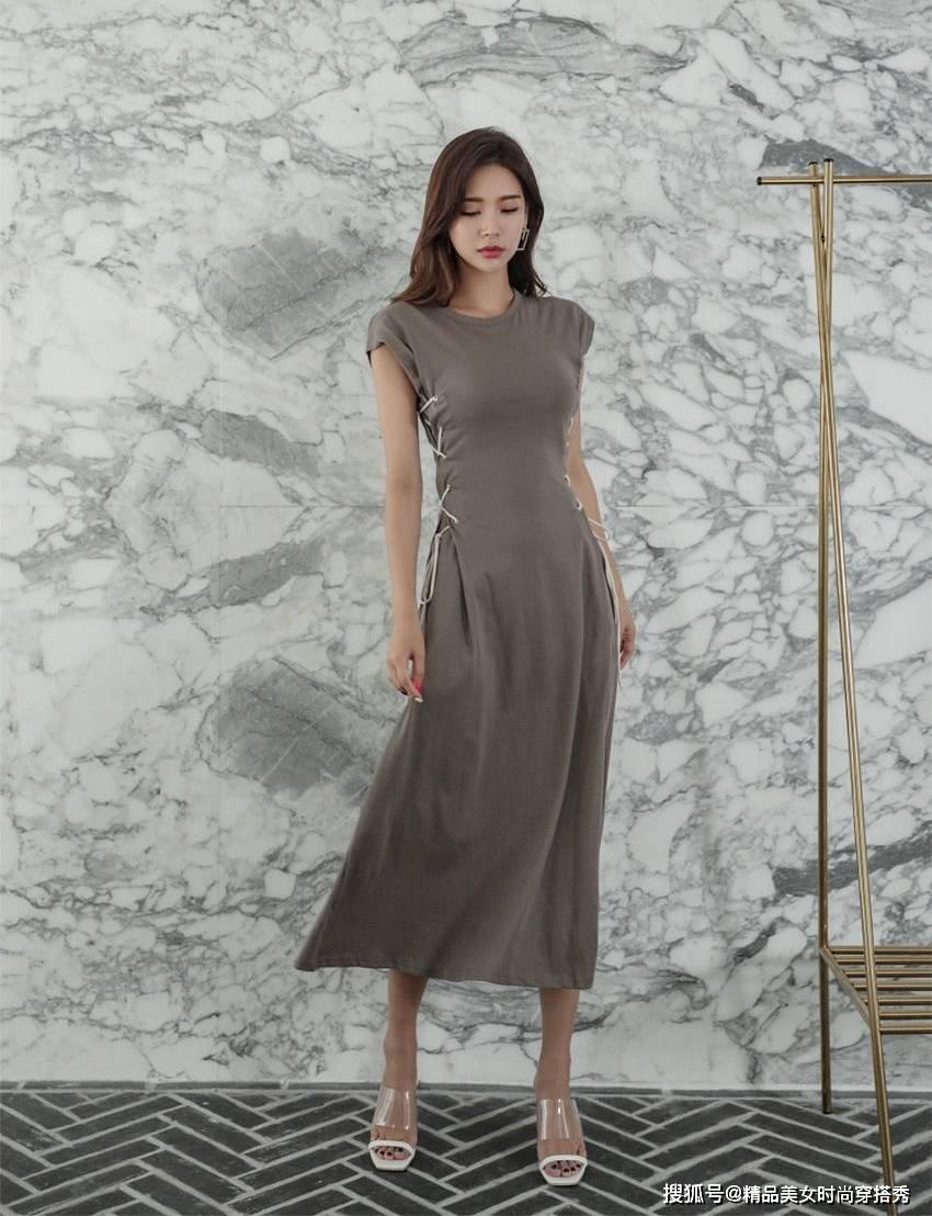 简洁舒适的咖啡色连衣裙也能展现女性独特的魅力