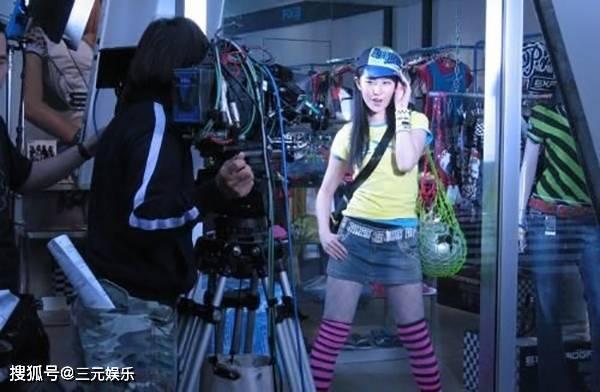 刘亦菲跳绳旧照火了,穿无袖上衣搭配蓝色短裙,造型前卫动感十足