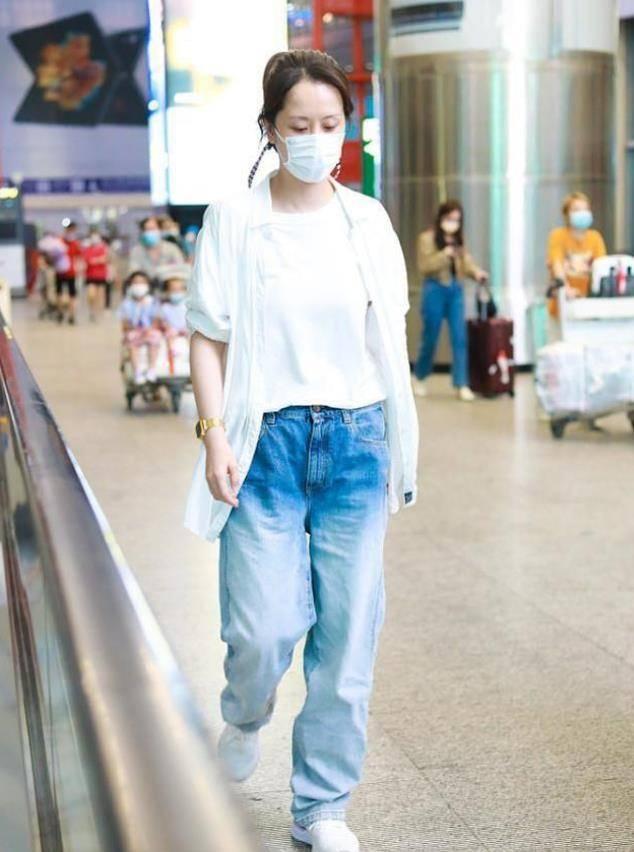 海清硬把自己打扮成小女生,渐变牛仔裤配小白鞋,看着像20岁出头