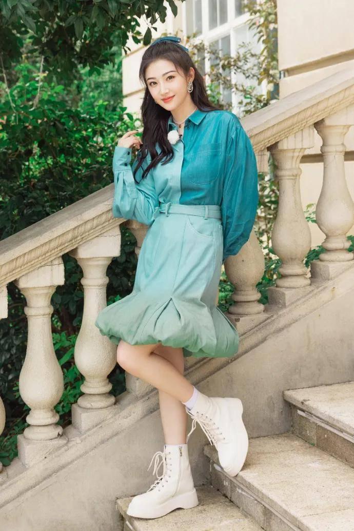 景甜穿着蓝色花朵半裙超美艳!花容玉貌太靓丽撩人