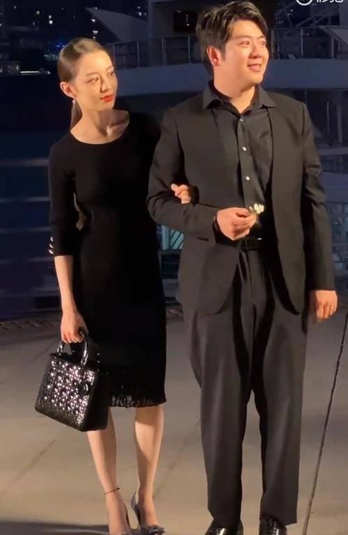 朗朗福气不浅,妻子吉娜穿小黑裙曲线好美,带着参加活动真长脸