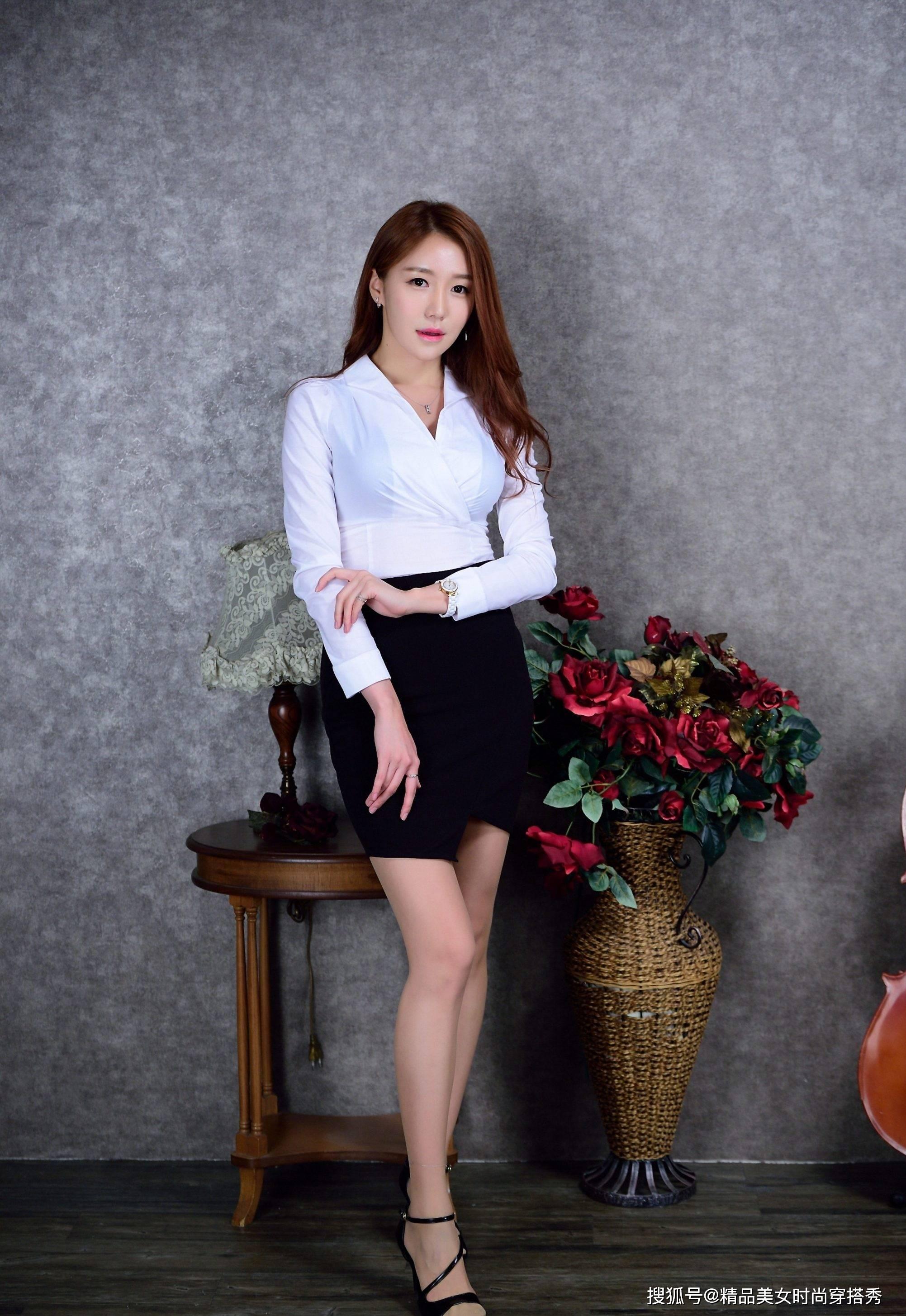 简约白色衬衫搭配黑色短裙,展现不一样的知性美,优雅又时尚