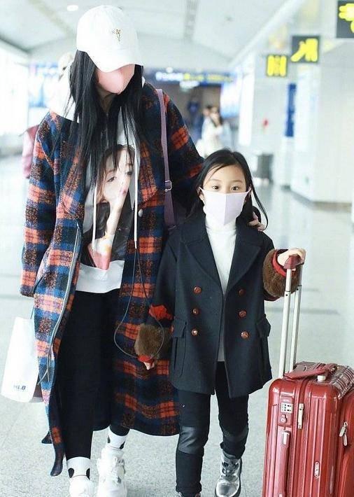 李小璐携女儿现身机场,甜馨穿风衣像小大人,打扮得比妈妈还抢镜