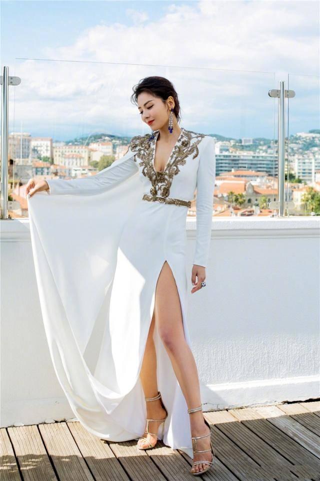 被41岁刘涛惊艳到了,穿一袭高开叉长裙走红毯,身材曲线接近完美