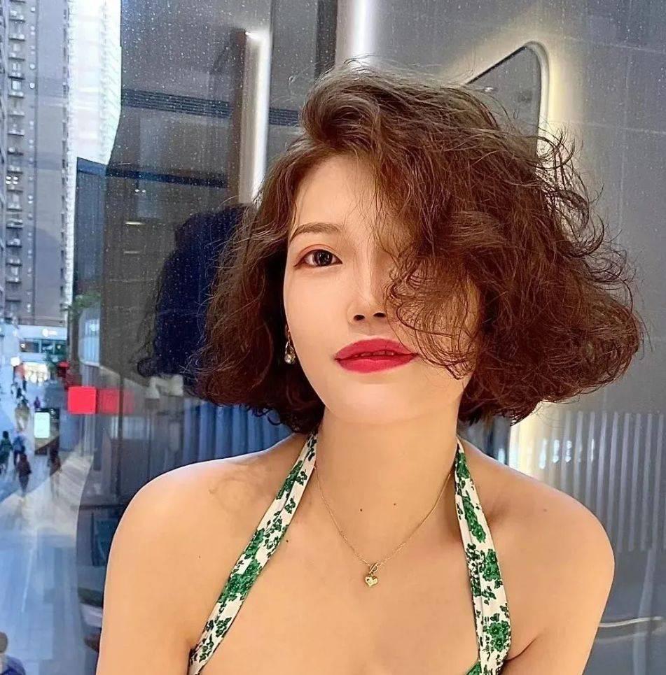 女人一过35岁,发型就选烫卷卷,洋气时尚很美满
