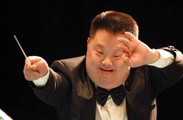 """""""天才指挥家""""胡一舟:身患唐氏综合征,19岁凭音乐天赋一举成名"""
