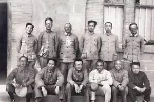 1938年,延安六屆六中全會主席團成員的合影,毛主席依然灑脫大氣