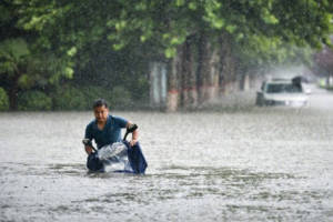 狐大醫 河南遭遇罕見暴雨,溺水如何自救、互救?
