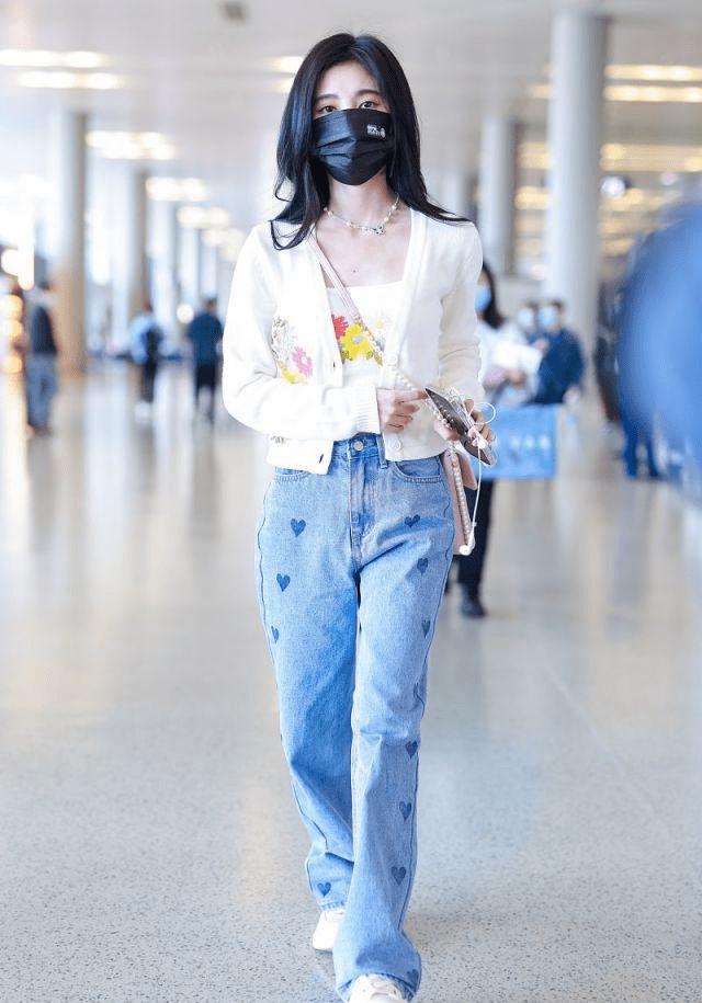 鞠婧祎穿白色绣花开衫搭蓝色牛仔裤秀细腰,清新迷人像个纯美少女!