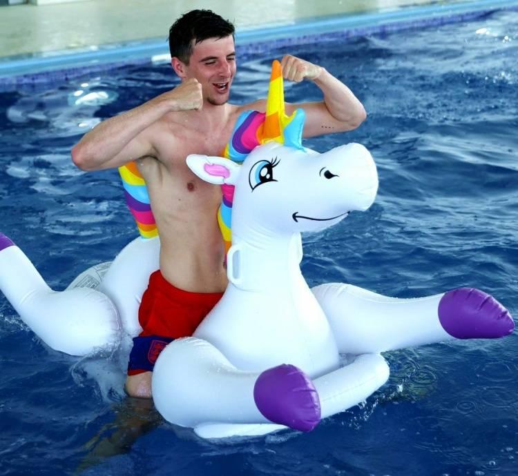 快乐放松!英格兰众将水中嬉戏 骑独角彩虹马心情好
