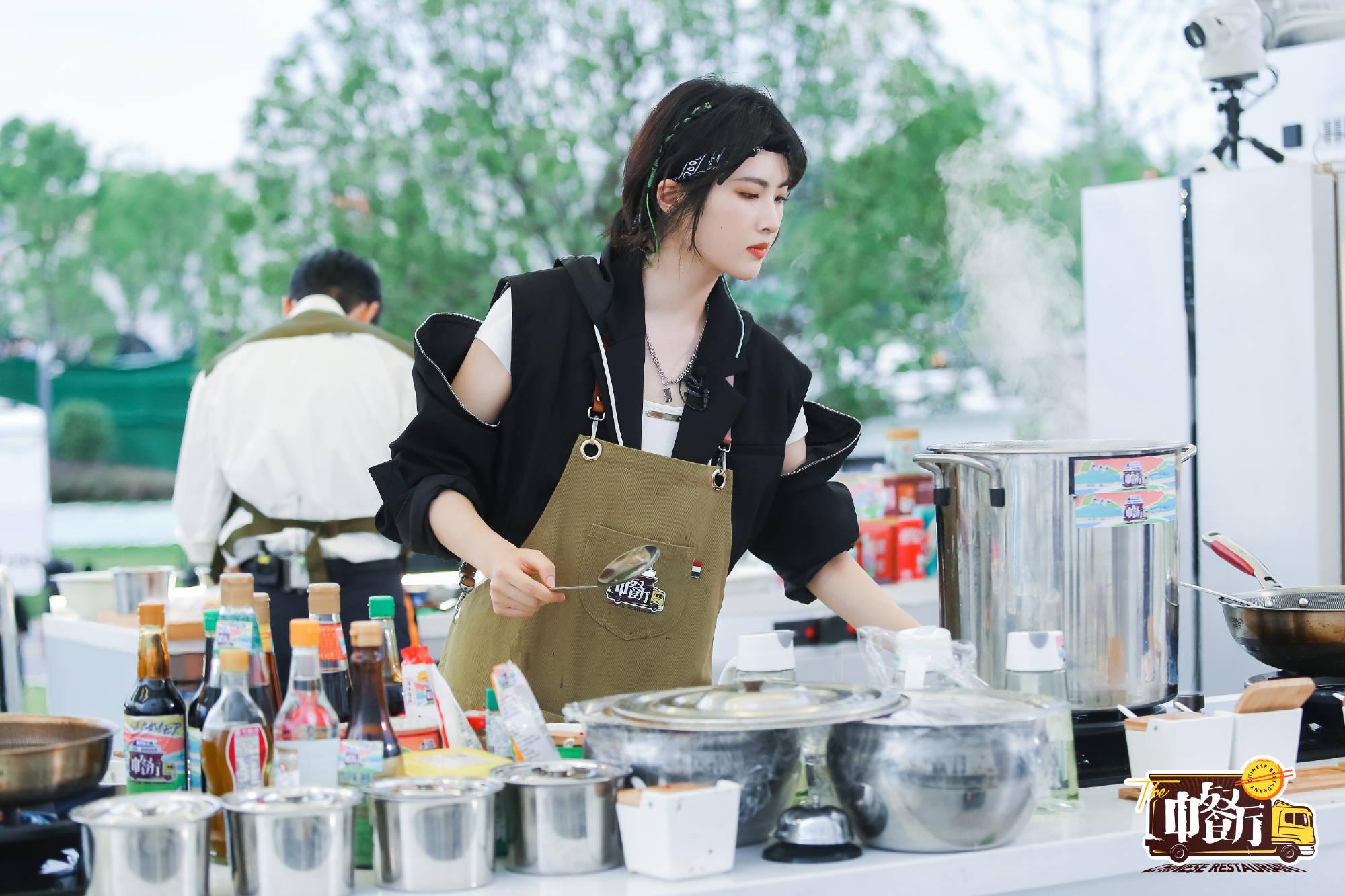 """""""华为二公主""""姚安娜综艺首秀《中餐厅》,学霸名媛为何非要当明星?"""