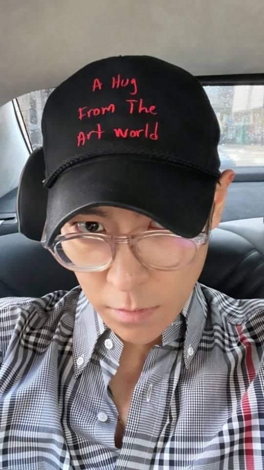 久違自拍狀態如何?BIGBANG成員TOP社交網站釋出戴鴨舌帽自拍