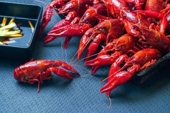 四分之一人口卖小龙虾的城市,是什么样的?