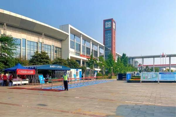 加油吧,后浪!高考第一天郑州交警、志愿者全面为高考保驾护航