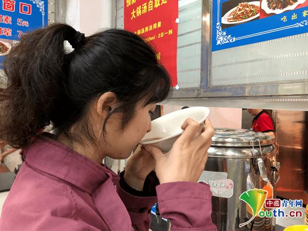 """恒达官网四川一高校秘制中药""""大锅汤""""供全校师生免费喝,提高免疫力"""