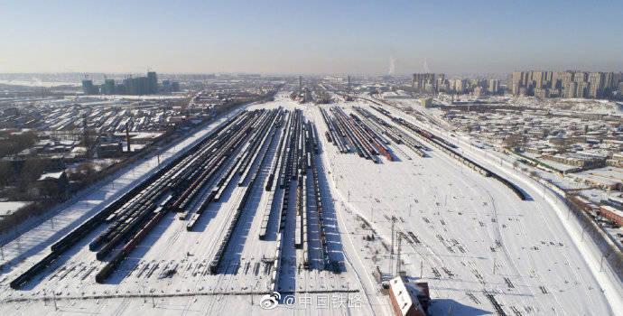 雪后哈尔滨南站仿佛银色雪国,大量列车编组待发