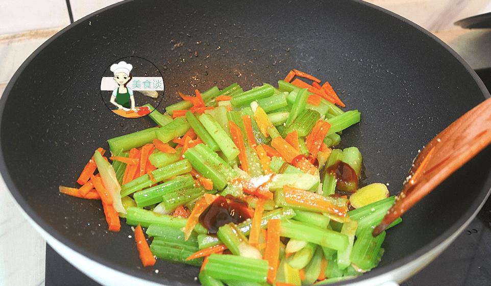 炒芹菜时,有人焯水有人直接炒,都不对,牢记三技巧,脆嫩不塞牙