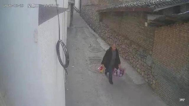 男子光天化日下偷20斤香肠 没来得及享用就被抓了