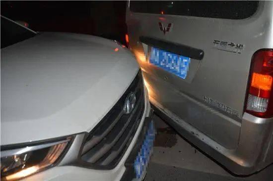 河南一酒驾男子睡着了,车子不受控制后撞上停在路边的车辆!