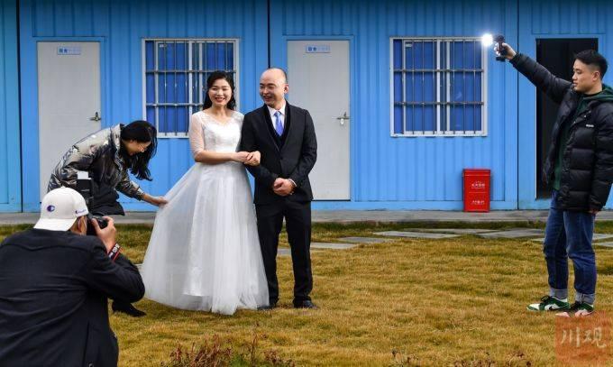 圆梦!成都建筑工人工地上补拍婚纱照