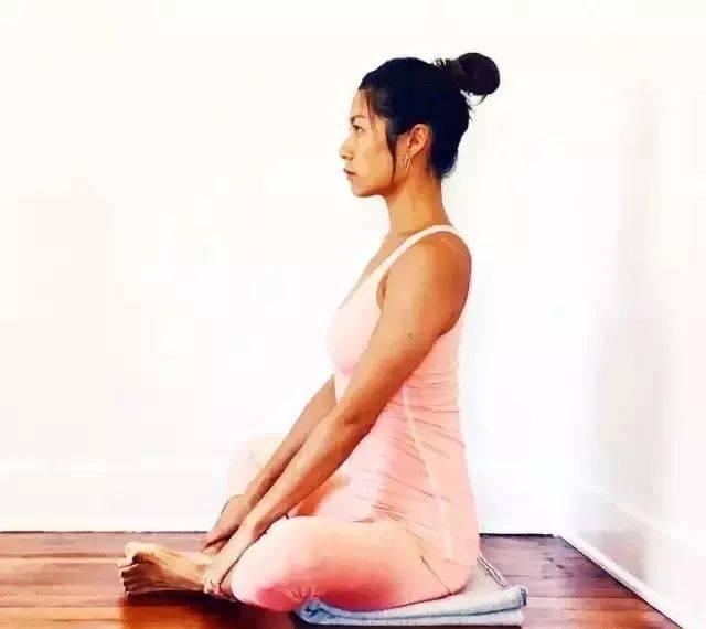 瑜伽「束角式」膝盖翘得老高?你该这样练!