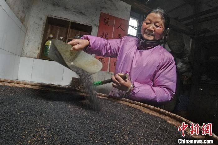 安徽休宁:古法手舂芝麻糕香甜迎春节