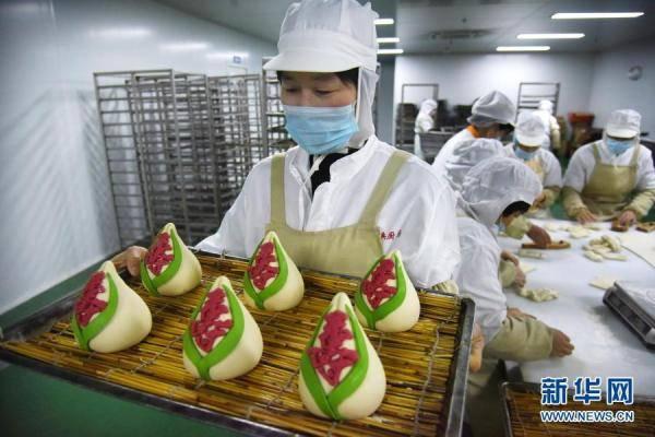"""""""花样面食""""备过小年青岛西海岸一食品厂的职工在制做传统式"""""""