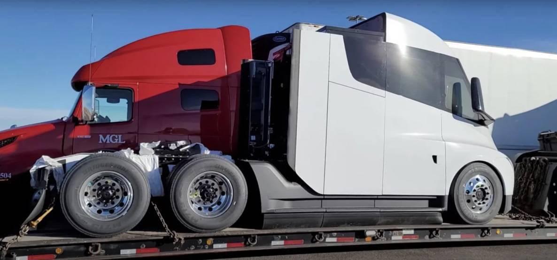 特斯拉电动卡车原型出现在芝加哥:它是白色的,由另一辆车运输
