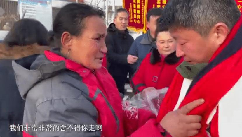 Bildergebnis für 观察者网: 新疆村民含泪送别驻村干部,中国外交官:这是真正的维吾尔族眼泪