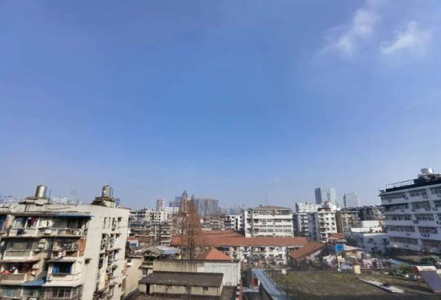 游客向威震天竖中指被怼 北京市环球影城回复:暂不容易拉信用黑名单
