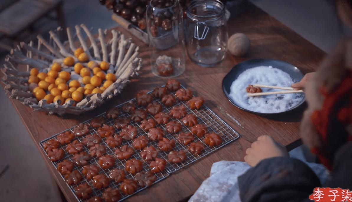 李子柒晒年货小零食,吸引三千万人观看,满满一桌的美味,真馋人