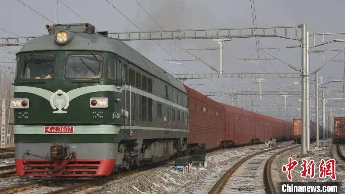 新疆霍尔果斯口岸迎来首列汽车整车西行过境班列