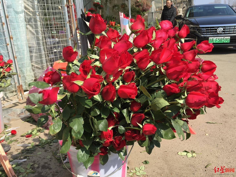抢庄牛牛线上玩:大年初三遇上情人节:玫瑰花线下冷,线上香?成都人买进前五
