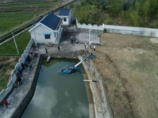 一直升机侧翻入水池,是他弄的!